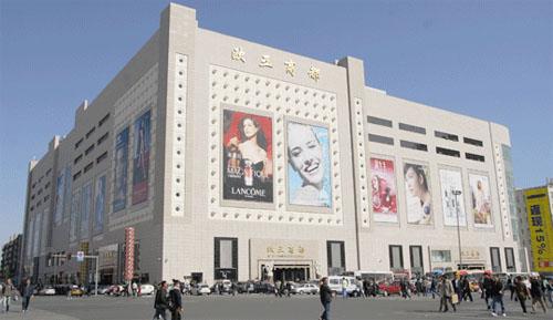 竖着扩建,靠垮亚细亚,靠得时代广场改名巴黎春天.